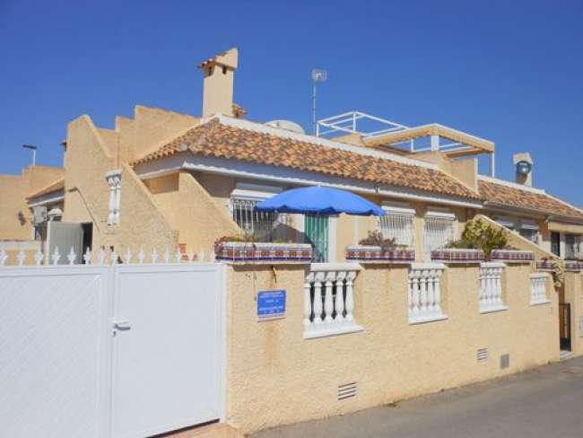 2 bedroom 2 bathroom holiday villa with air-con and Wi-Fi opposite pool in Gran Alacant